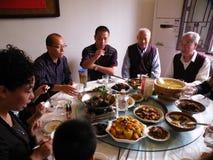 Famille tout ensemble au dîner de Noël Image libre de droits
