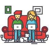 Famille travaillant à la maison, indépendants chating avec des ordinateurs portables sur le sofa, concept indépendant Photographie stock libre de droits