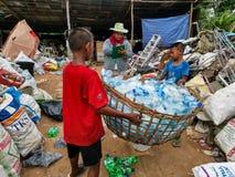 Famille travaillant au site d'élimination des déchets images libres de droits