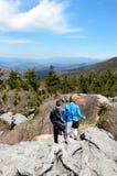 Famille trimardant dans les montagnes Images stock