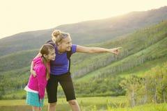 Famille trimardant dans les montagnes ensemble et voyant la faune Images libres de droits