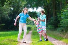Famille trimardant dans un bois de pin Images stock