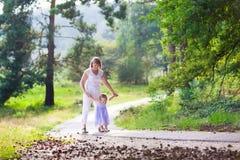 Famille trimardant dans une forêt Images libres de droits
