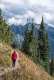 Famille trimardant sur la traînée de crête de Pacfic, Washington State chez Chinook Photographie stock libre de droits