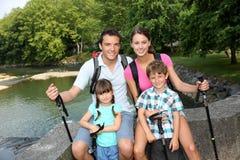 Famille un jour rampant photographie stock libre de droits