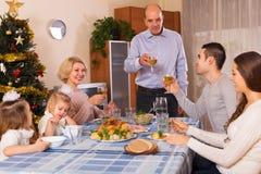 Famille unie à la table de fête Photos libres de droits