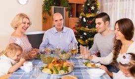 Famille unie à la table de fête Image stock