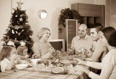 Famille unie à la table de fête Image libre de droits