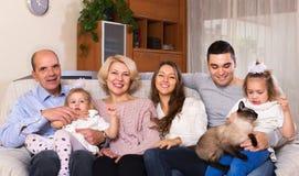Famille unie dans le salon Photographie stock
