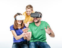Famille utilisant des casques de réalité virtuelle Photographie stock libre de droits
