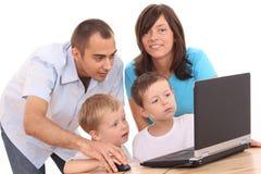 Famille utilisant l'ordinateur portatif Images libres de droits