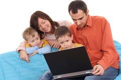 Famille utilisant l'ordinateur portatif Image stock