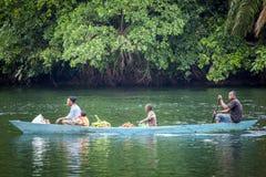Famille utilisant la manière traditionnelle du transport au Ghana, Afrique Photos stock