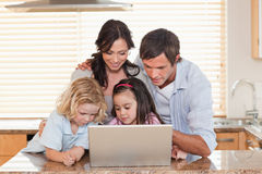 Famille utilisant un carnet ensemble Photographie stock