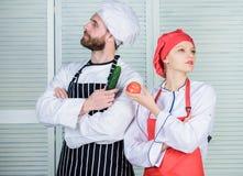 Famille v?g?tarienne E Chefs de restaurant d'aliment biologique Cuisson de la nourriture saine frais photographie stock libre de droits
