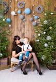 Famille, vacances et concept de Noël - mère et fils près de l'arbre de Noël Photographie stock