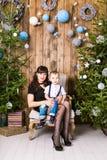 Famille, vacances et concept de Noël - mère et fils près de l'arbre de Noël Images stock