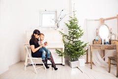 Famille, vacances et concept de Noël - mère et fils près de l'arbre de Noël Images libres de droits