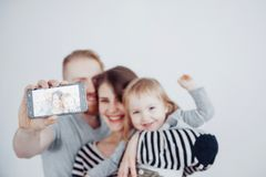 Famille, vacances, technologie et les gens - mère de sourire, père et petite fille faisant le selfie avec l'appareil-photo au-des Images libres de droits