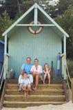 Famille Vacationing s'asseyant dans la hutte de plage Photographie stock libre de droits