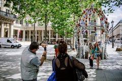 Famille visitant Paris et prenant des photos Images libres de droits