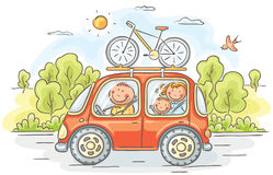 Famille voyageant en voiture dans la campagne Photo libre de droits