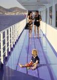 Famille voyageant sur le bateau de croisière, defocused Concept de repos de famille Engendrez, enfantez la promenade sur la plate Image stock