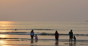 Familles à une plage photographie stock libre de droits