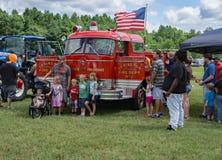 Familles au 8ème Contact-UN-camion annuel photos libres de droits