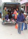 Familles chinoises dans un vieux tuk de tuk dans Xingping en Chine Image libre de droits