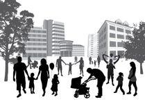 Familles marchant dans la ville. Style de vie, CCB urbain Images libres de droits