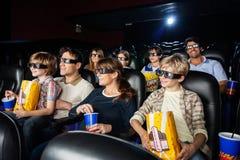 Familles observant le film 3D dans le théâtre Images stock