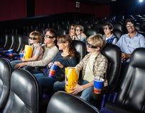 Familles observant le film 3D dans le théâtre de cinéma Photo libre de droits