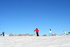 Familles skiant dans les Alpes Images stock
