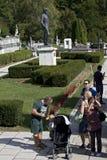 familles visitant le palais images libres de droits