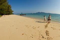Familly на пляже в Таиланде Стоковое Фото