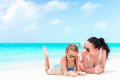 Familly en la playa tropical La mamá y el niño disfrutan de sus vacaciones Fotos de archivo libres de regalías