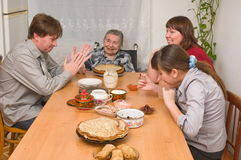 Family behind a dining table. Royalty Free Stock Photos