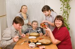 Family behind a dining table. Royalty Free Stock Images