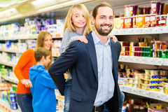 Family buying groceries in supermarket Stock Photography