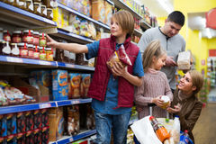 Family buying groceries in supermarket Royalty Free Stock Images
