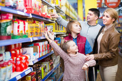 Family buying groceries in supermarket Royalty Free Stock Photography