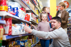Family buying groceries in supermarket Royalty Free Stock Photos