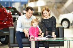 Family buying new car Royalty Free Stock Photography
