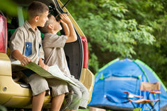 Family with car in nature reading map  camping and exploring Royalty Free Stock Photography