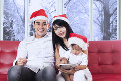 Family with christmas hat on couch Royalty Free Stock Photography