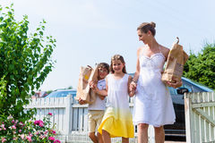 Family coming home from shopping groceries Royalty Free Stock Photos