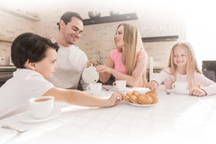 Family eating cookies Royalty Free Stock Photography