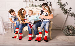 Family exchanging gifts in Christmas Royalty Free Stock Photos