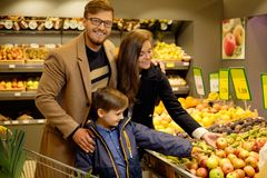 Family in a grocery store Royalty Free Stock Photos
